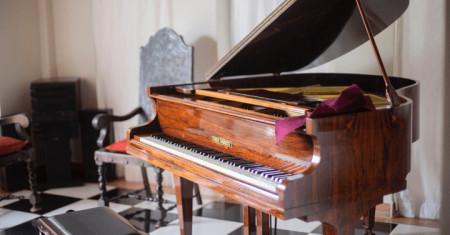 10 Types & Sizes of Pianos Explained